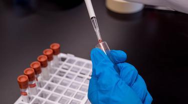 Ilustrasi Suntik Virus Corona Covid-19 untuk Uji Coba Vaksin