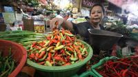 Aktivitas pedagang cabai di pasar Kebayoran Lama, Jakarta, Kamis (6/2/2020). Harga cabai dan bawang putih mengalami kenaikan hingga mencapai dua kali lipat akibat musim hujan. (Liputan6.com/Angga Yuniar)