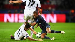 Pemain PSG, Lucas Moura, berebut bola dengan pemain Basel dalam laga lanjutan Grup A Liga Champions di Stadion Parc Des Princes, Paris, Kamis (20/10/2016) dini hari WIB. (AFP/Franck Fife)