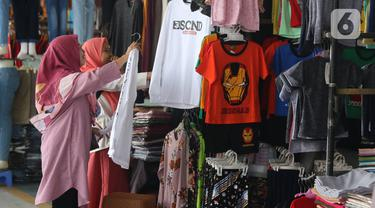 Calon pembeli memilih pakaian di Skybridge Pasar Tanah Abang, Jakarta, Jumat (27/12/2019). Kepala Badan Koordinasi Penanaman Modal Bahlil Lahadalia menyatakan di Pasar Tanah Abang sulit ditemukan produk asli buatan Indonesia karena membanjirnya produk garmen luar negeri. (Liputan6.com/Angga Yuniar)
