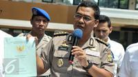 Kabid Humas Polda Metro Jaya Kombes Pol Argo Yuwono menunjukan barang bukti kasus dugaan penipuan, penggelapan dan tindak pidana pencucian uang (TPPU) Pandawa Group di Polda Metro, Jakarta, Kamis (9/3). (Liputan6.com/Yoppy Renato)