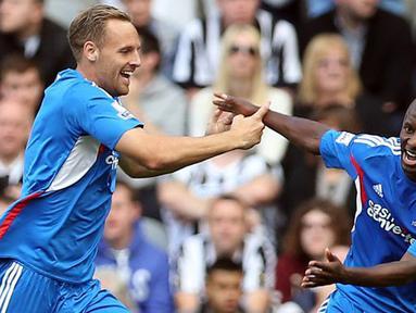 Gelandang Hull City Sone Aluko (kanan) merayakan selebrasi bersama rekan satu timnya setelah berhasil mencetak gol ketiga untuk timnya pada pertandingan sepak bola Liga Utama Inggris antara Newcastle United vs Hull City di St James 'Park, Newcastle Upon T