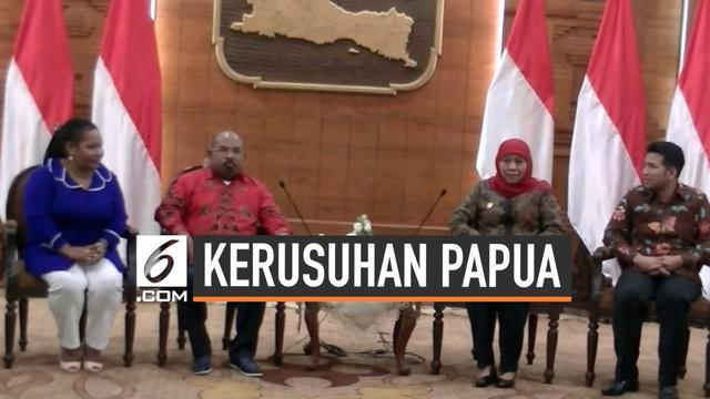 Gubernur Papua Lukas Enembe dan rombongannya mendatangi Pemprov Jatim di gedung Grahadi. Pertemuan keduanya membahas kejadian yang menimpa mahasiswa Papua di Surabaya.