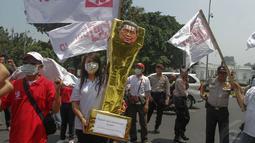 Dalam aksinya, Bara JP membawa trofi warna keemasan setinggi satu meter berbahan kardus di depan Istana Negara, Jakarta, (30/9/14). (Liputan6.com/Faizal Fanani)