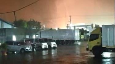 Kebakaran di kawasan Kilang Pertamina Cilacap itu terjadi di tangki 39 Paraxyline Pertamina Refenery Unit (RU) 4 Cilacap, Jumat malam (11/6/2021). (Foto: Istimewa)