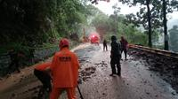 Petugas gabungan dari BPBD, Damkar dan PUPR mengevakuasi endapan lumpur yang menghalangi jalan raya Soreang-Ciwidey. (Dok. BPBD Kab. Bandung)