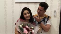 Verrel mengunggah video singkat mengenai kejutan yang diberikannya untuk Natasha Wilona di hari Valentine. Terlihat Verrel mengunjungi kediaman Wilona dengan membawa sejumlah hadiah, seperti bunga dan yang lainnya. (Instagram/natashawilona12)