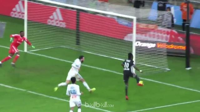 Bertrand Traore gagal mengonversi gol dari jarak dekat meskipun gawang tersebut kosong. This video is presented by Ballball.