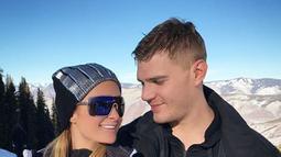 Aktor Chris Zylka berpose dengan pacarnya Paris Hilton di Pegunungan Aspen, Colorado, Amerika Serikat. Chris Zylka dan Paris Hilton telah berpacaran selama dua tahun dan mengumumkan kisah cintanya kepada publik pada Februari lalu. (Instagram/@parishilton)
