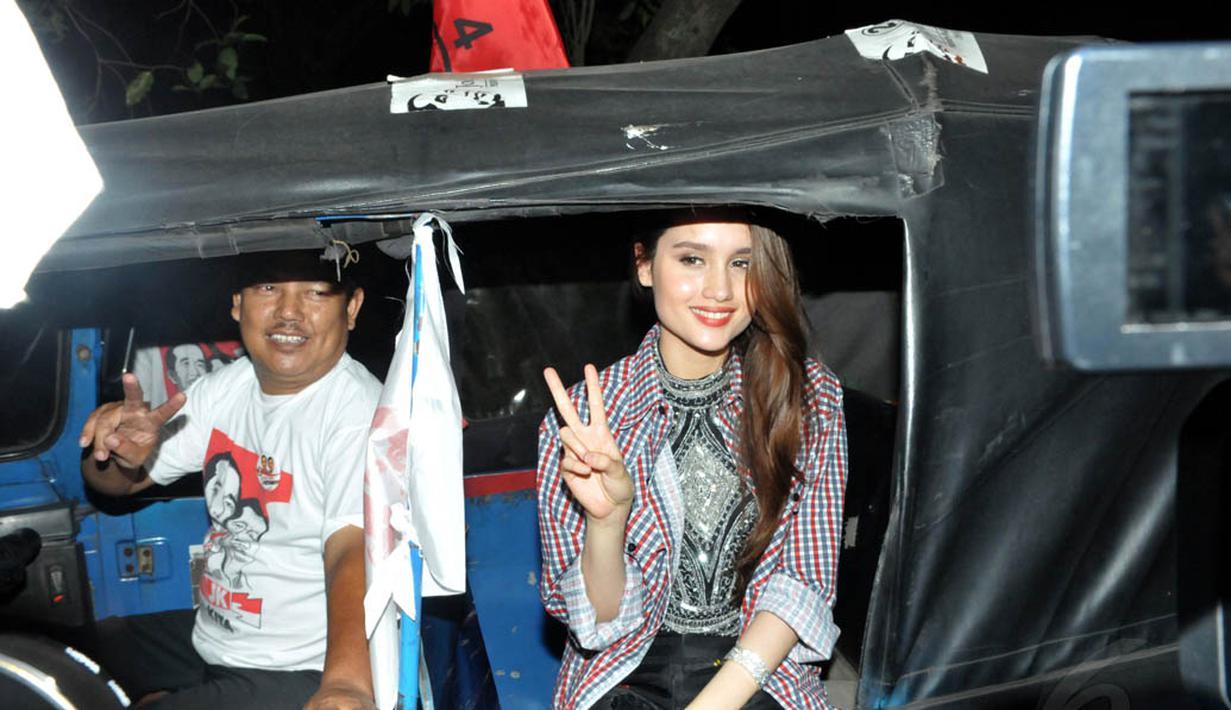 Jumat (4/7/14), Cinta Laura berkeliling menumpang bajaj sebagai bukti dukungannya terhadap Jokowi-JK, Jakarta. (Liputan6.com/Panji Diksana)