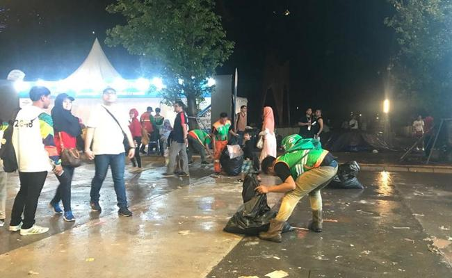 Petugas kebersihan menyisir GBK usai Penutupan Asian Games 2018/copyright Liputan6.com/Ahmad Fawwas Usman