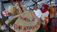Kerajinan tas dipajang pada Pasar Kita oleh Sahabat UMKM di Lippo Mall Puri, Jakarta, Sabtu (10/3). Kegiatan Pasar Kita yang diikuti lebih dari 55 booth UMKM digelar pada 10-11 Maret. (Liputan6.com/Pool)