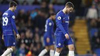 Penyerang Chelsea, Eden Hazard, tampak lesu usai gagal mengalahkan Southampton pada laga Premier League di Stadion Stamford Bridge, Kamis (3/1). Kedua tim bermain imbang 0-0. (AP/Frank Augstein)