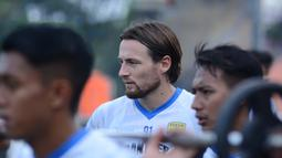 Marc Klok direkrut dari Persija Jakarta dengan durasi kontrak empat tahun. Pelatih Persib, Robert Alberts menyatakan bahwa dirinya dan Klok pernah satu tim ketika membela PSM Makassar. Mereka berdua telah antarkan skuat Eja raih runner up di Liga 1 musim 2017/2018. (Foto: Dokumentasi Persib)