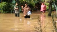 Banjir kembali merendam ratusan rumah yang terdapat di enam kecamatan di Kabupaten Cirebon (Liputan6.com / Panji Prayitno)