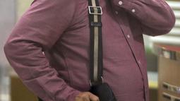 Pakar Komunikasi Politik, Effendi Gazali bersiap meninggalkan Gedung KPK usai menjalani pemeriksaan, Jakarta, Kamis (25/3/2021). Effendi Gazali diperiksa sebagai saksi dalam kasus dugaan suap pengadaan Bantuan Sosial untuk wilayah Jabodetabek tahun 2020. (Liputan6.com/Helmi Fithriansyah)