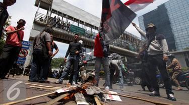 Sejumlah demonstran saat menggelar aksi unjuk rasa di depan kantor Freeport, Jakarta, Rabu (26/11). Dalam aksinya Demontran meminta Agar mengusir freeport atau menasionalisasikannya. (Liputan6.com/Helmi Afandi)