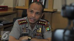 Kombes Pol Hendro Pandowo memberikan keterangan pers terkait  lubang yang terlihat di gedung MNC, Jakarta, Selasa (7/7/2015). Ia memastikan lubang tersebut bukan karena peluru melainkan benturan gondola. (Liputan6.com/Herman Zakharia)