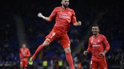 Perayaan gol kedua Benzema pada menie ke-45 pada laga lanjutan La Liga yang berlangsung di stadion Cornellà-El Prat, Espanyol, Senin (28/1). Real Madrid menang 4-2 atas Espanyol. (AFP/Josep Lago)