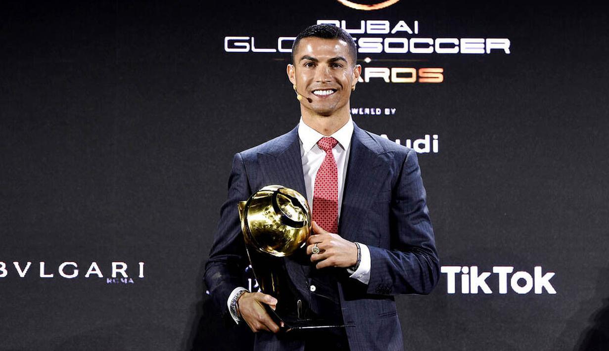 Striker Juventus, Cristiano Ronaldo, berpose saat ajang Globe Soccer Award 2020 di Dubai, Minggu (27/12/2020). CR7 meraih penghargaan sebagai pemain terbaik abad ini setelah berhasil mengungguli Lionel Messi. (Fabio Ferrari/La Presse/AP)