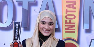 Momen spesial di ajang penghargaan Infotainment Awards 2017, Alyssa Soebandono berhasil membawa pulang piala. Mengalahkan beberapa nama lainnya, pialanya ini dipersembahkan untuk para wanita berhijab diIndonesia. (Adrian Putra/Bintang.com)