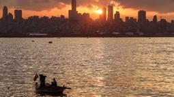Nelayan melemparkan jala dari perahu saat matahari terbenam ke laut Mediterania di daerah Dbayeh, utara ibukota Beirut (5/12/2019). Laut Tengah, kadangkala disebut Laut Mediterania adalah laut antarbenua yang terletak antara Eropa di utara, Afrika di selatan dan Asia di timur. (AFP/Josep Eid)