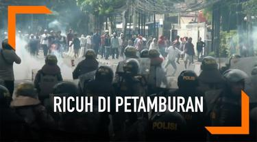 Polisi menangkap 99 orang yang diduga terlibat dalam kericuhan di kawasan Petamburan. Saat ini mereka ditahan di Polres Jakarta Barat dan Polda Metro Jaya.