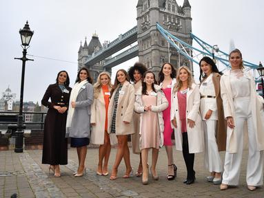 Kontestan Miss World 2019 berpose saat pemotretan untuk festival Miss World ke-69 dan final di depan Tower Bridge, London (21/11/2019). 120 perwakilan nasional dari seluruh dunia akan bersaing memperebutkan mahkota Miss World ke-69 di London, dengan final berlangsung 14 Desember. (AFP/Ben Stansall)