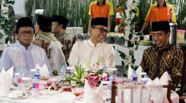 Presiden Joko Widodo atau Jokowi (kanan) saat menghadiri buka puasa bersama Ketua MPR Zulkifli Hasan (tengah) di Rumah Dinas MPR Widya Chandra, Jakarta, Jumat (8/6). Buka bersama untuk menjalin silaturahmi antara pejabat negara. (Liputan6.com/JohanTallo)