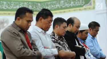 Penyidik KPK, Novel Baswedan (keempat kiri) melaksanakan salat berjamaah di sekitar kediaman di kawasan Kelapa Gading, Jakarta, Kamis (22/2). Novel kembali dalam proses pemulihan sambil menunggu operasi tahap kedua. (Liputan6.com/Helmi Fithriansyah)