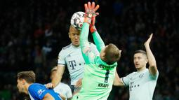 Kiper Hertha Berlin, Thomas Kraft, menghalau bola sundulan penyerang Bayern Munich, Arjen Robben, pada laga Bundesliga di Olympiastadion, Berlin, Sabtu (29/8/2018). Hertha Berlin menang 2-0 atas Bayern Munich. (AFP/Odd Andersen)