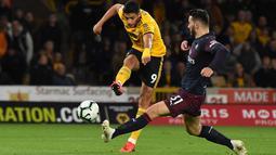 Penyerang Wolves, Raul Jimenez pada laga lanjutan Premier League yang berlangsung di Stadion Molineux, Wolverhampton, Kamis (25/4). Arsenal kalah 1-3 kontra Wolves. (AFP/Paul Ellis)