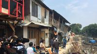 Gubernur DKI Jakarta Anies Baswedan meninjau lokasi rumah yang ambles di bantaran Kali Anak Ciliwung, Pademangan. (Liputan6.com/ Lizsa Egeham)