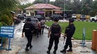 Aparat bersenjata lengkap mengamankan Mapolsek Marosebo pasca-diserang Anwar Sahadat (ELLAN RA/JAMBIEKSPRES/Jawa Pos Group)