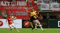 Penyerang Barito Putera Thiago Cunha (tengah) berjibaku dengan pemain Persija Jakarta pada partai di Stadion Patriot, Bekasi, Sabtu (22/4/2017). Thiago Cunha mencetak gol bagi Barito pada laga yang berakhir 1-1 itu. (Liputan6.com/Gempur M Surya)