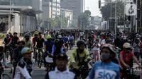 Suasana aktivitas warga di area Car Free Day (CFD) kawasan MH Thamrin, Jakarta, Minggu (21/6/2020). Hari ini adalah kali pertama digelarnya CFD Jakarta di sepanjang Jalan Sudirman - Thmarin saat Pembatasan Sosial Berskala Besar (PSBB) Masa Transisi. (Liputan6.com/Johan Tallo)