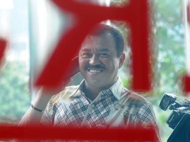 Pengacara dan juga Politisi Partai Golkar Rudi Alfonso tersenyum saat menerima telepon di Gedung KPK, Jakarta, Jumat (21/6/2019). Rudi Alfonso diperiksa sebagai saksi untuk tersangka Markus Nari terkait kasus korupsi pengadaan e-KTP berbasis NIK Secara Nasional. (merdeka.com/Dwi Narwoko)