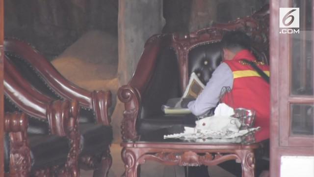 Satgas antimafia pengaturan skor bola menggeledah rumah mantan komite eksekutif PSSI.