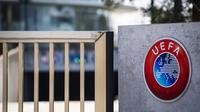 Logo Piala Eropa 2020 terlihat di sebelah pintu masuk Markas UEFA, Nyon, Swiss, Selasa (17/3/2020). Pengunduran Piala Eropa 2020 diambil berdasarkan rapat UEFA yang digelar melalui konferensi jarak jauh. (Jean-Christophe Bott/Keystone via AP)