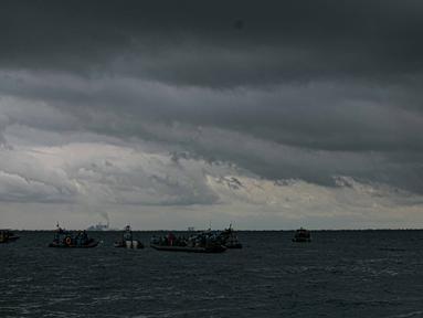 Pasukan Kopaska melakukan pencarian pesawat Sriwijaya Air SJ 182 di Perairan Kepulauan Seribu, Jakarta, Selasa (12/1/2021). Walaupun awan mendung di hari keempat pencaraian, pasukan tetap melakukan pencarian puing dan korban jatuhnya pesawat tersebut. (Liputan6.com/Faizal Fanani)