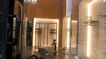 Sebuah toko yang dijarah di pusat kota Chicago, Amerika Serikat (AS) (10/8/2020). Dua orang ditembak, lebih dari 100 lainnya ditangkap, dan 13 petugas polisi terluka dalam aksi penjarahan dan perusakan luas yang terjadi pada Senin (10/8) pagi waktu setempat di pusat kota Chicago. (Xinhua/Alan Ruffin