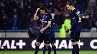Dua striker Paris Saint-Germain, Edinson Cavani dan Zlatan Ibrahimovic, meratapi kekalahan timnya dari Olympique Lyon, 1-2, pada laga Ligue 1 di Parc Olympique Lyonnais, Lyon, Senin (29/2/2016) dini hari WIB. (AFP/Jeff Pachaud)