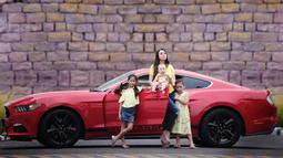 Celine Evangelista dan ketiga anaknya berfoto bersama didepan mobil. Terlihat bahagia banget ya (Liputan6.com/IG/cjelley.sc)