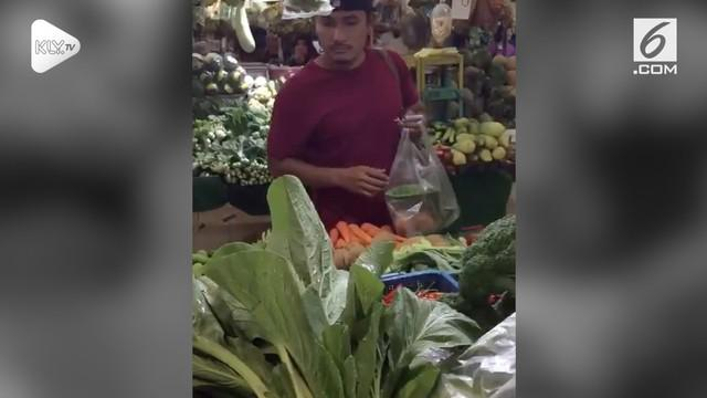 Aktor peran, Tanta Ginting, terciduk warganet sedang belanja sayur di sebuah pasar tradisional. Tanta terlihat sendirian tanpa ditemani sang istri.