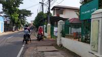 Peziarah TPU Bambu Apus, Jakarta memutar balikkan kendaraannya karena makam ditutup, Kamis (13/5/2021). (Merdeka.com/Bachtiarudin Alam)