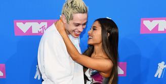Dalam sebuah wawancara, Ariana Grande terang-terangan menceritakan tentang ciuman pertaanya dengan Pete Davidson. (Nicholas Hunt - Gettu Images North America - AF)