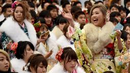 Coming of Age Day merupakan perayaan untuk menyambut datangnya kedewasaan yang sudah menjadi tradisi di Jepang, Senin (9/1). Gadis-gadis yang mulai menginjak usia 20 tahun merayakannya dengan berkimono. (AFP Photo/ TORU YAMANAKA)