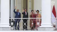 Presiden Joko WIdodo (Jokowi) didampingi Ibu Negara Iriana Joko Widodo bersama Perdana Menteri Malaysia, Mahathir Mohamad beserta Ibu Negara Siti Hasmah melambaikan tangan di beranda Istana Bogor, Jawa Barat, Jumat (29/6). (Liputan6.com/Angga Yuniar)