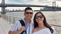 Dian Sastrowardoyo dan sang suami, Indraguna Sutowo saat berlibur ke Amerika Serikat. (dok. Instagram @therealdisastr/https://www.instagram.com/p/BywLMFRhnRB/Putu Elmira)