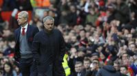 Pelatih Manchester United, Jose Mourinho, dan pelatih Arsenal, Arsene Wenger, pada laga Premier League di Stadion Old Trafford, Senin (30/4/2018). Manchester United menang 2-1 atas Arsenal. (AP/Rui Vieira)